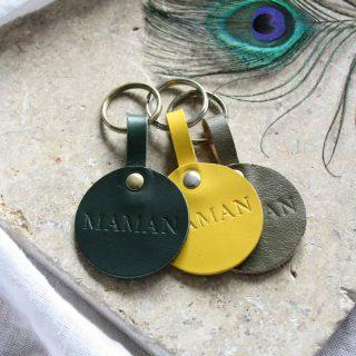 Célébrer les MAMANS 💚  Avec un produit marqué à chaud spécialement pour la fête des mères!  Le porte-clés MOM est découpé, marqué, assemblé et bichonné à Saint-Brieuc 🌊  Le cuir est issu des petites chutes de l'atelier. Les coloris sont aléatoires et limités.  À shopper sur le site lesmainslibres-maroquinerie.com ✨  #lesmainslibremaroquinerie #porteclésencuir #cuirscolorés  #maroquinerieartisanale #fêtesdesmères  #celebrerlesmamans #maman #mom #chutesdecuir #optimisationdeschutes #consommerlocal #saintbrieuc #saintbrieucentreprise #creationbretonne #entreprisebretonne #maroquineriebretonne #bretagne