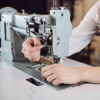 """Hello 👋  Petit focus sur ma très chère Adler 67 73T! ⬅️  Ma première machine à coudre industrielle dégotée chez Emmaüs par hasard (où peut-être pas!), avec une amie à mon retour de stage à l'étranger.  C'est avec elle que l'aventure commence: une petite révision, quelques réglages de tension, puis les premiers prototypes et enfin la naissance des produits """"les mains libres"""" ✨  Belle journée à tous ☀️  Photo: @violettelgpro         #lesmainslibresmaroquinerie #adlermachine #durkoppadler #adler67 #machineacoudre #robuste #durable #emmausfrance #emmausaintbrieuc #secondemain #secondevie #leathercraft #entrepreneure #freelance #artisanataufeminin #saintbrieucentreprise #consommerlocal #bretagne #artisanbreton #creatricebretonne #photographebretonne #bretagnephotos #maroquineriefrancaise #artisanatfrancais"""